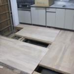 キッチンの床張り!ホームセンターで購入したコンパネ材を利用してつぎはぎに加工。